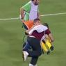 Los camilleros de un equipo griego de segunda división tiran al suelo dos veces a un futbolista