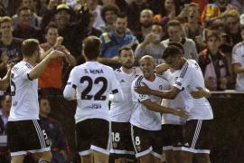 Un afortunado Valencia suma tres puntos vitales ante el Gante
