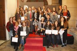 Medio centenar de estudiantes de diseño recibe un diploma tras finalizar su formación