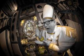 El bufón Leo Bassi «sacraliza la risa» con 'La gran misa Patólica' en el Xesc Forteza