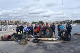 Un grupo de voluntarios limpia el puerto de la Colònia de Sant Jordi