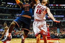 El tapón de Pau Gasol a LeBron James brinda el triunfo a los Bulls