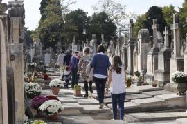 Miles de personas visitan los cementerios de Mallorca