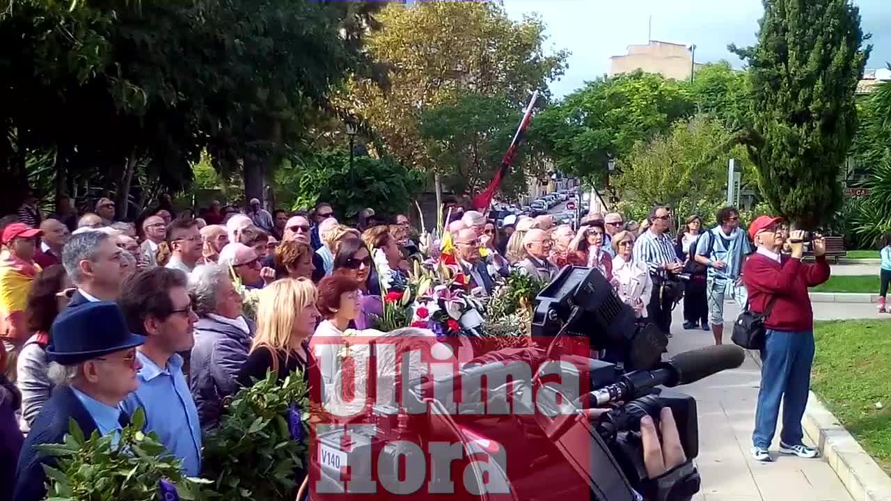 Ofrenda floral en el monolito de Sa Feixina