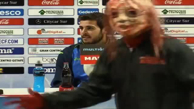 Varios jugadores del Barça irrumpen en una rueda de prensa disfrazados