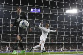 El Real Madrid se asegura el liderato con sufrimiento y dosis de fortuna