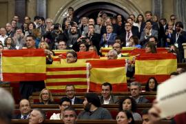 Los diputados del PP exhiben banderas  españolas y catalanas al aprobarse la resolución