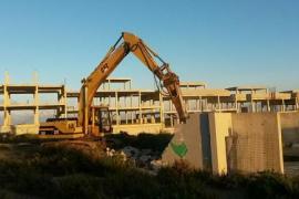 Empieza la demolición del 'mamotreto' de Cala Llonga