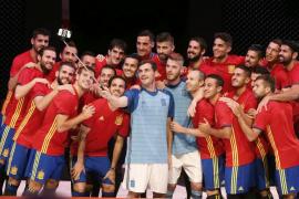 España recupera la camiseta con un diseño clásico en busca de viejos éxitos