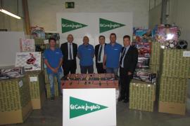 El Corte Inglés dona un camión de juguetes a los Bombers para personas desfavorecidas de la Part Forana