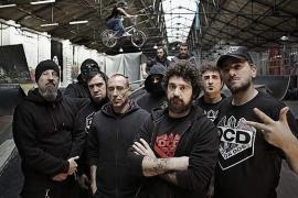 El grupo Def Con Dos 'dispara' su hip hop combativo en la sala Es Gremi