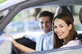 La mujer conduciendo y el hombre de copiloto, la pareja más segura al volante