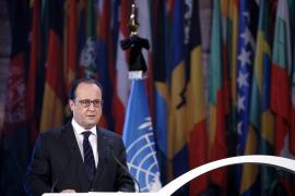 Hollande sigue con Valls y Cazeneuve la acción antiterrorista en Saint Denis