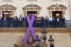 Cort cuelga un lazo contra la violencia hacia las mujeres