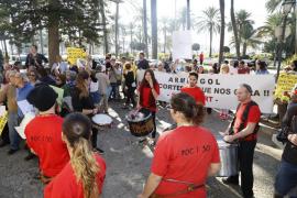 Los pacientes de la Fundación Kovacs protestan ante el Consolat
