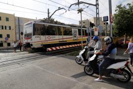 Los vecinos denuncian que el «stop» del paso a nivel de Verge de Lluc había desaparecido