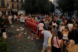 """Un centenar de personas participan en un nuevo """"botellón cívico"""" frente al Ajuntament de Palma"""
