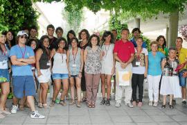 Jóvenes solidarios animan a los residentes de la Llar d'Ancians de Palma