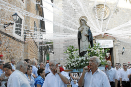Santa Catalina Thomàs recorre las engalanadas calles de Valldemossa