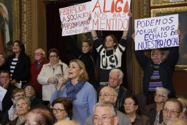Ruidosa protesta de la Federación de mayores de Palma en el pleno de Cort