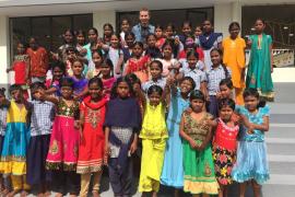Jorge Lorenzo visitó la Fundación Vicente Ferrer en la India