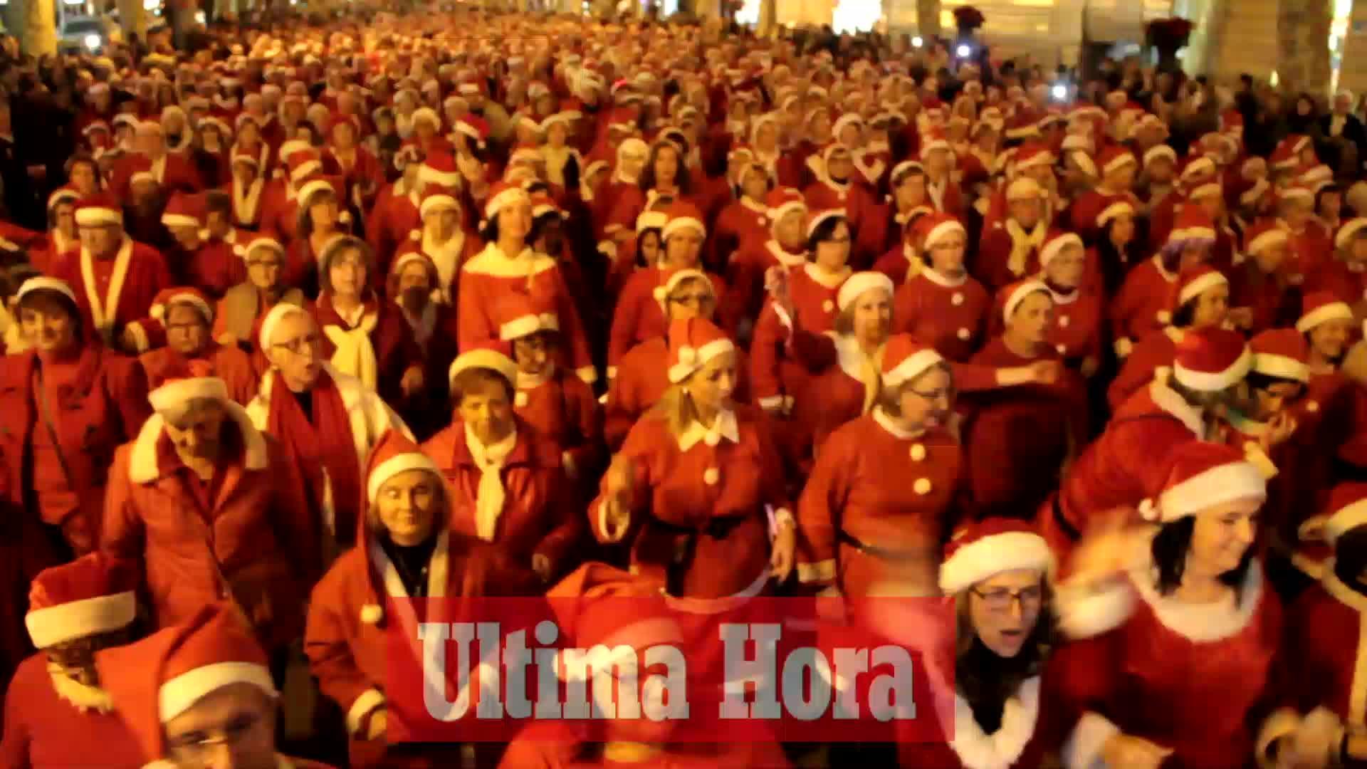 Cientos de papás y mamás Noel bailan en Es Born