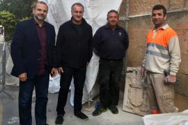 Llucmajor retira los últimos símbolos franquistas de la fachada de la parroquia
