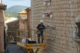 Junts per Alaró denuncia que se perfora la fachada de la iglesia para colgar decoración navideña