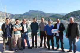 El Conseller, Vicenç Vidal, junto a responsables de la cofradía de pescadores