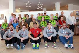 Integrantes del Palma Futsal junto con los residentes del Hospital de Llevant