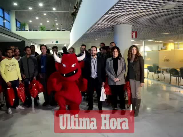 La plantilla del Mallorca visita a los niños hospitalizados en Son Espases