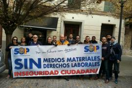 La Policía reclama sus derechos laborales ante la delegación del Gobierno
