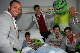 El Palma Futsal visita a los niños hospitalizados en la Quirón Palmaplanas