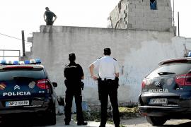 Aparece muerto tras caer de tres metros en s'Arenal el hombre que quemó un concesionario de Palma