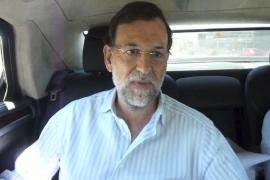 Rajoy se va de vacaciones en coche, ¡y sin el cinturón de seguridad puesto!