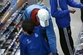 La policía detiene a un padre que usaba a su hijo menor de edad para robar