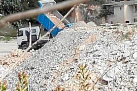 Los escombros de las obras del archivo de Muro se 'tiran' en una cantera ilegal