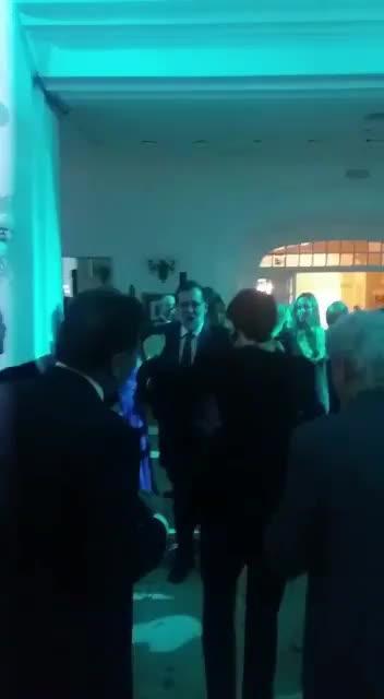 Rajoy baila «Mi gran noche» de Raphael en una fiesta
