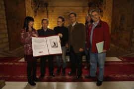 ARCA regala a Hila un dibujo que plasma la «barbaridad» de destruir el monolito de sa Feixina