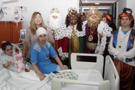 Los Reyes Magos reparten ilusión entre los niños ingresados en los hospitales de Mallorca