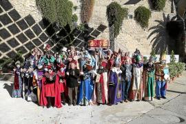 Los actores de la 'Adoració' lanzan 'morcillas' al obispo