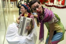 Los clowns sacan una sonrisa a los niños de Can Misses