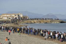 Miles de personas forman una cadena humana contra los chiringuitos de Son Serra de Marina