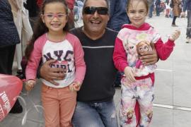 Hombre con sus hijas en el Palma Arena