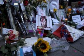 Los fans rinden tributo a Bowie con flores y letras en su casa de Nueva York
