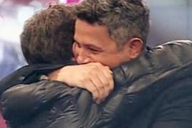 Emotivo abrazo de Alejandro Sanz a Pablo Motos tras la muerte de su padre