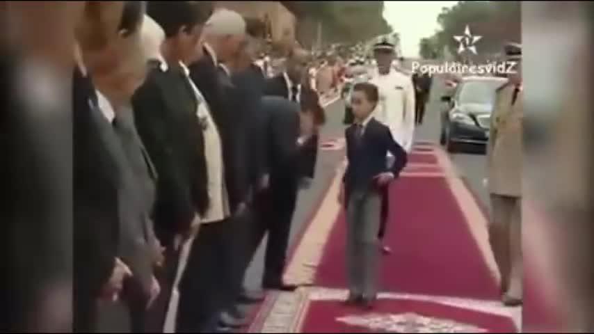 El príncipe heredero marroquí rechaza el besamanos