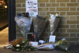 Fans de Harry Potter homenajean a Alan Rickman en el andén 9 y 3/4 de Londres