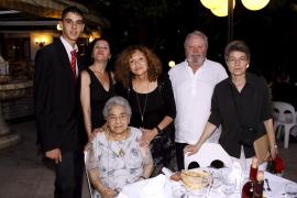 Emotiva fiesta de cumpleaños de Catalina Valls por su 90 aniversario