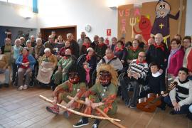 Los dimonis de Capdepera visitan el Centro de Día